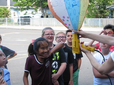 Des montgolfières pour lancer l'année scolaire! Des montgolfières collectives ont pris leur envol à Charny.